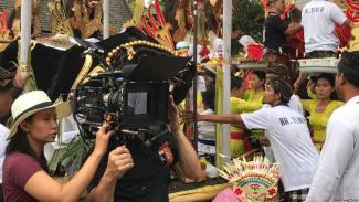 utradara Livi Zheng saat syuting film