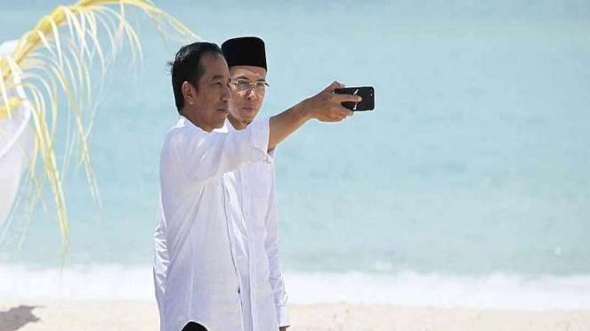 Presiden Jokowi berfoto bersama TGB saat kunjungan ke NTB beberapa waktu lalu