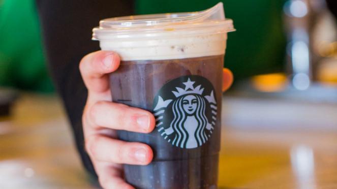 Strawless lids atau sippy cup lids Starbucks atau gelas plastik tanpa perlu lagi sedotan.