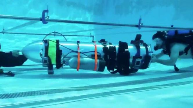 Peneliti sedang menguji kapal selam mini milik Elon Musk
