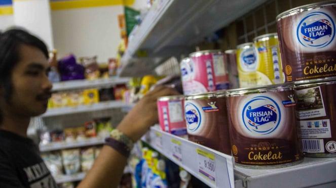 Konsumen memilih produk susu kental manis di salah satu mini market di Pasar Baru, Jakarta.