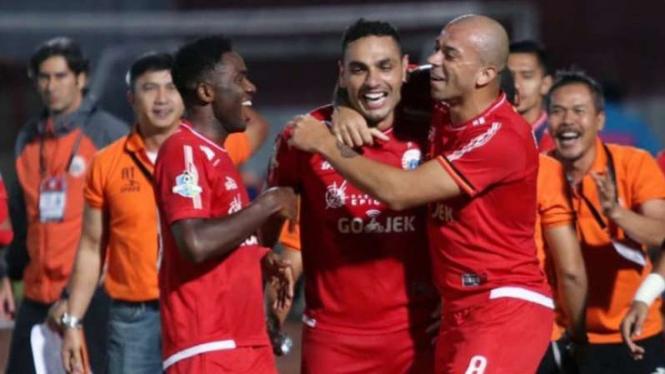 Para pemain Persija Jakarta merayakan gol