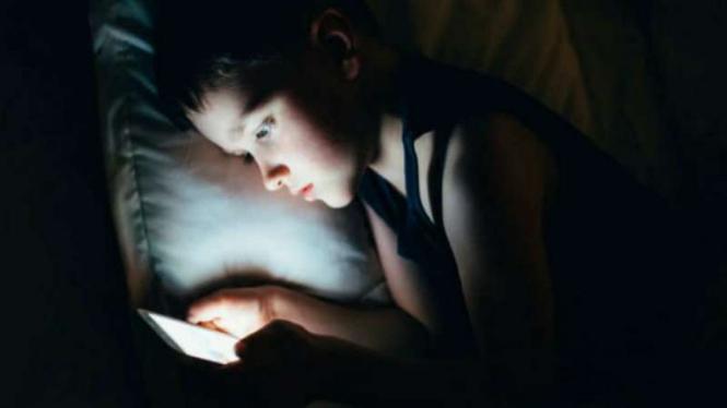 Ilustrasi gunakan ponsel saat tidur.