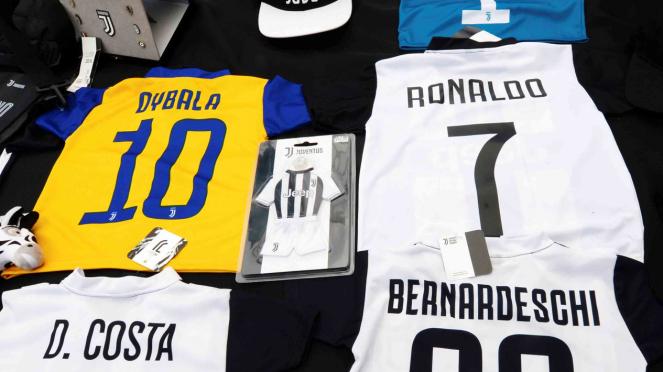 Jersey Juventus Christiano Ronaldo banyak beredar di Italia