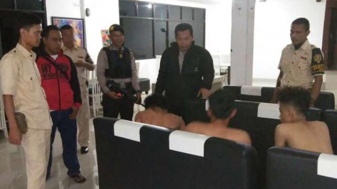 Polisi menangkap tiga sekawan tersangka pencuri di kamar indekos delapan mahasiswa Universitas Indonesia asal Korea Selatan di Depok, Jawa Barat, pada pada Rabu, 11 Juli 2018.