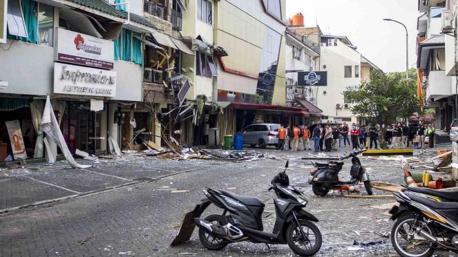 Petugas kepolisian memeriksa Tempat Kejadian Perkara (TKP) ledakan gas di Ruko Perkantoran Grand Wijaya Center, Kebayoran Baru, Jakarta
