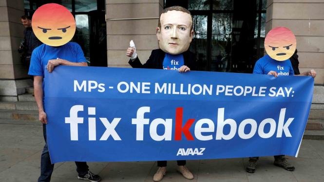 Aksi protes sosial media Facebook di London, Inggris.