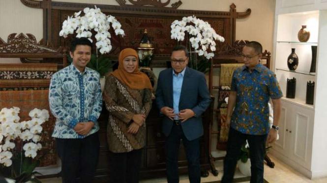 Ketua Umum PAN Zulkifli Hasan saat menerima kunjungan Khofifah Indar Parawansa dan Emil Dardak di rumahnya di Jakarta pada Kamis, 12 Juli 2018.