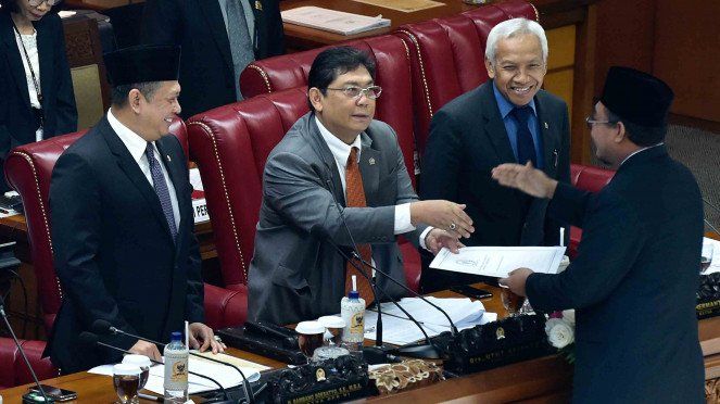 Pimpinan DPR Bambang Soesatyo (kiri), Agus Hermanto (kedua kanan) dan Utut Adianto (kedua kiri) menerima Laporan Hasil Pembahasan RAPBN 2019