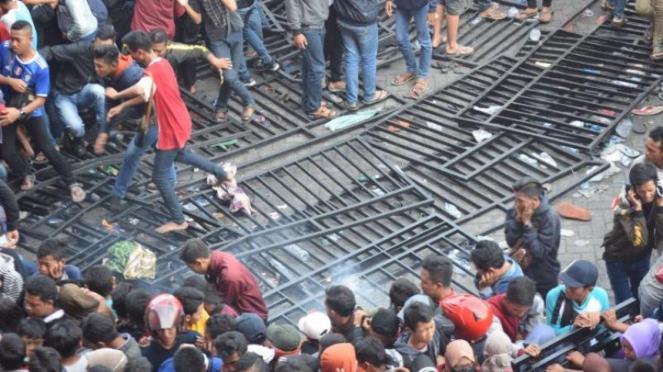 Pagar jebol di Stadion Gelora Delta Sidoarjo di laga Indonesia Vs Malaysia di AF