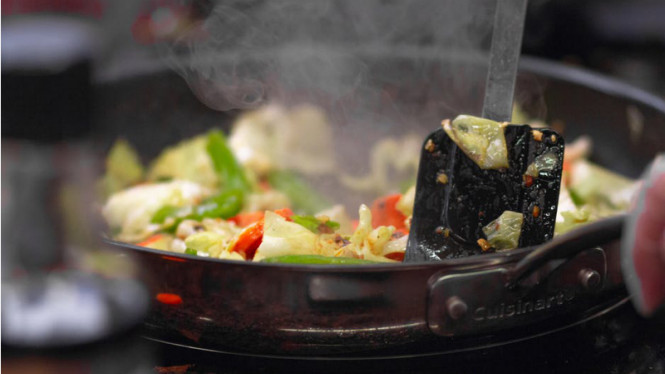 Ilustrasi memasak dan memanaskan makanan.