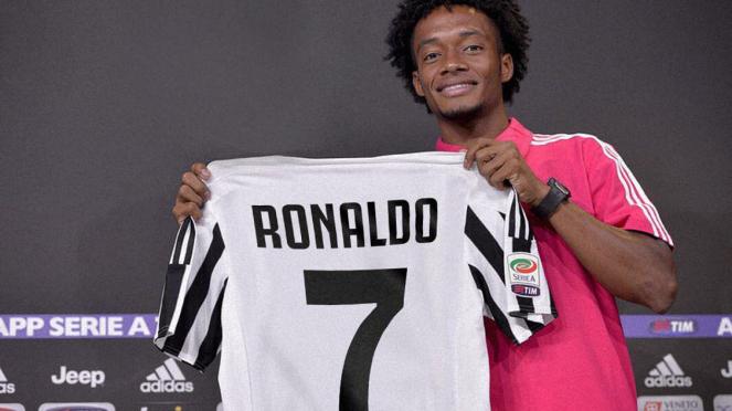 Gelandang Juventus, Juan Cuadrado kenalkan Jersey Cristiano Ronaldo.