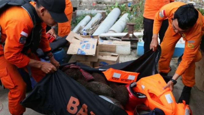 Kru Basarnas di misi penyelamatan korban tenggelamnya KM Sinar Bangun