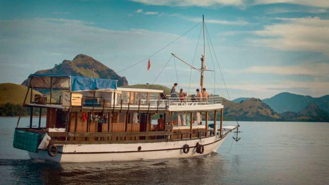 Wisatawan berada di atas Kapal yang dapat digunakan untuk menginap di perairan Labuan Bajo