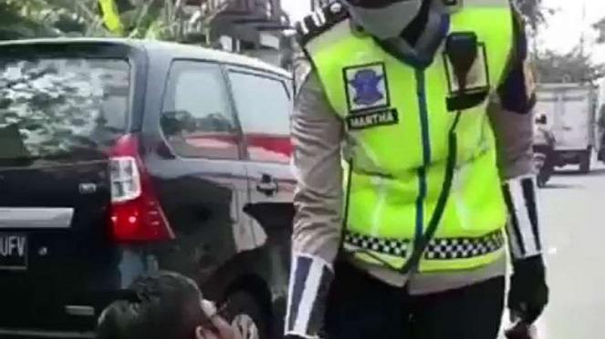 Seorang pengendara minta ampun kepada Polwan karena melanggar lalu lintas