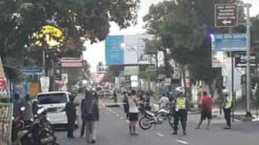Polisi menutup untuk umum lokasi baku tembak di Jalan Kaliurang, Kilometer 9,5, Kaliurang, Kabupaten Sleman, DI Yogyakarta, pada Sabtu petang, 14 Juli 2018.