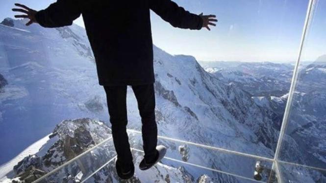 Ilustrasi phobia di ketinggian.