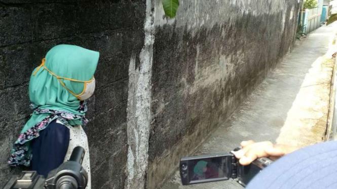 Korban menunjukkan lokasi kejahatan begal payudara di Depok. (Foto ilustrasi)