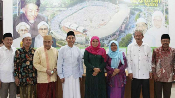 Gubernur Jatim terpilih Khofifah Indar Parawansa bersama para kiai di kantor NU