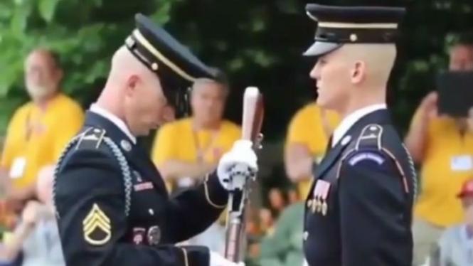 Dua orang prajurit.