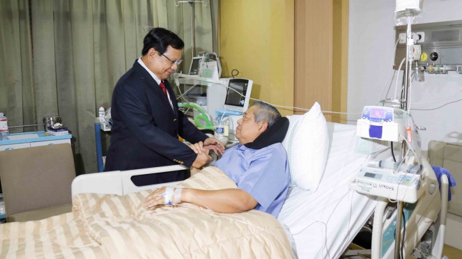 Ketua Umum Partai Gerindra Prabowo Subianto (kiri) menjenguk Ketua Umum Partai Demokrat Susilo Bambang Yudhoyono (kanan)