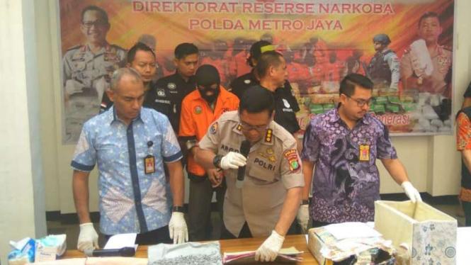 Polda Metro Jaya konferensi pers  pengungkapan ribuan butir ekstasi