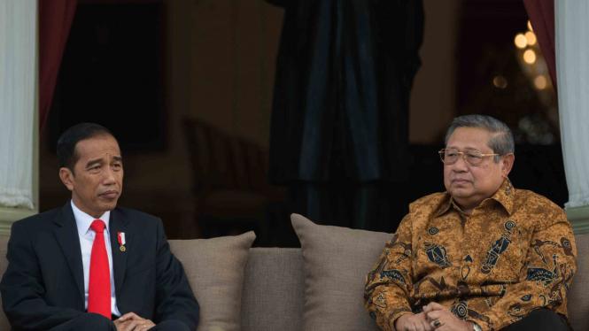 Presiden Joko Widodo (kiri) berbincang dengan Presiden Ke-6 RI Susilo Bambang Yudhoyono - SBY (kanan)