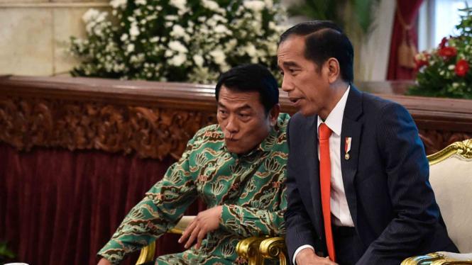 Presiden Joko Widodo (kanan) dan Moeldoko (kiri)