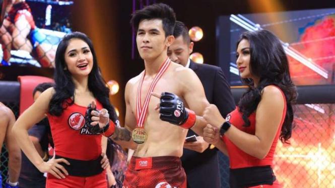 Petarung One Pride MMA Pro Never Quit, Wallie Teo (tengah)