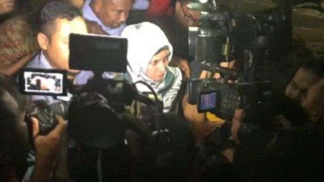 Artis Inneke Koesherawati keluar dari Gedung KPK, Sabtu, 21 Juli 2018.