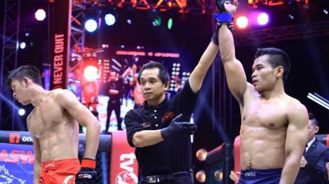 Petarung One Pride MMA, Aep Saepudin (kanan)