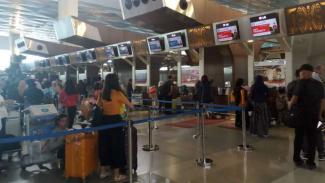 https://thumb.viva.co.id/media/frontend/thumbs3/2018/07/22/5b542df4620f1-suasana-di-terminal-3-bandara-soetta-tangerang-minggu-22-juli-2018_325_183.jpg