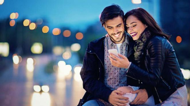 Ilustrasi pasangan melihat gawai.