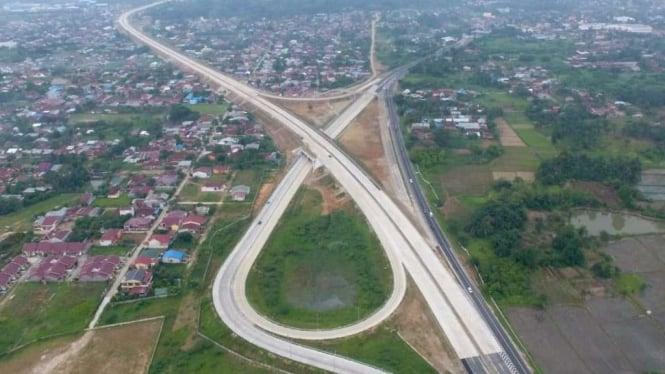 Simpang susun tol Medan-Kualanamu-Tebing Tinggi, Sumatera Utara.