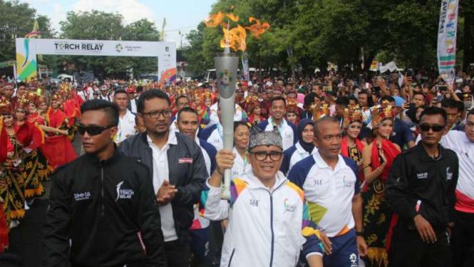 Bupati Azwar Anas dan Kombes Pol Rudi Setiawan saat menyambut obor Asian Games