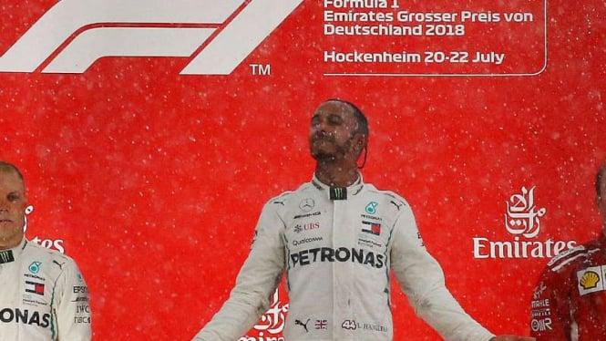 Pembalap Mercedes, Lewis Hamilton, rayakan juara di F1 GP Jerman.