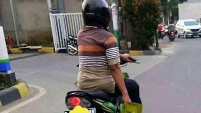 Mengendarai sepeda motor dengan satu tangan