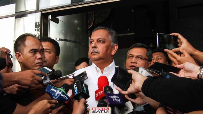 Direktur Utama PT PLN Sofyan Basir (tengah) menjawab pertanyaan wartawan