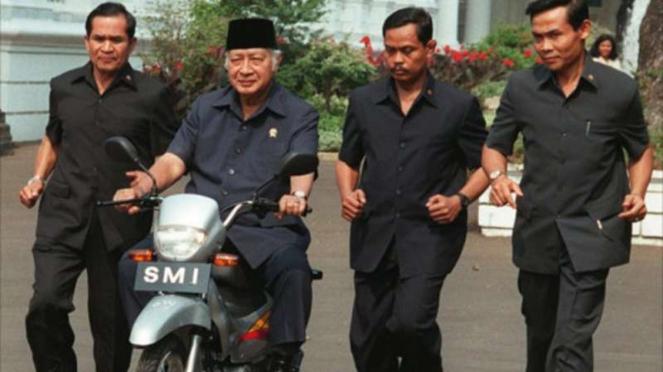 Presiden Soeharto saat menjajal motor SMI Expressa
