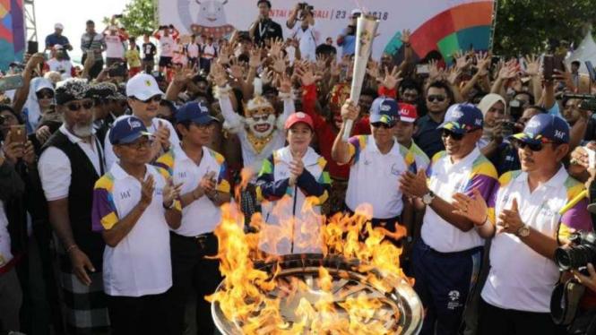 Obor Asian Games di Pantai Kuta.
