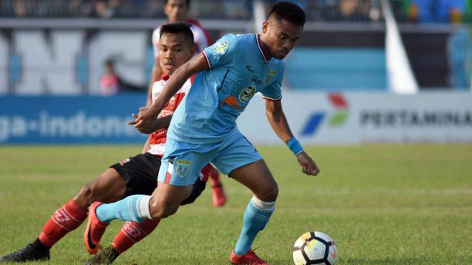 Pesepak bola Persela Lamongan Saddil Ramdani (kanan) melewati hadangan pesepak bola Madura United Asep Berlian (kiri) dalam lanjutan pertandingan Liga-1