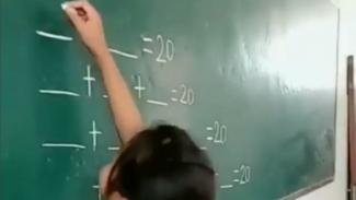 Seorang anak kerjakan soal matematika.