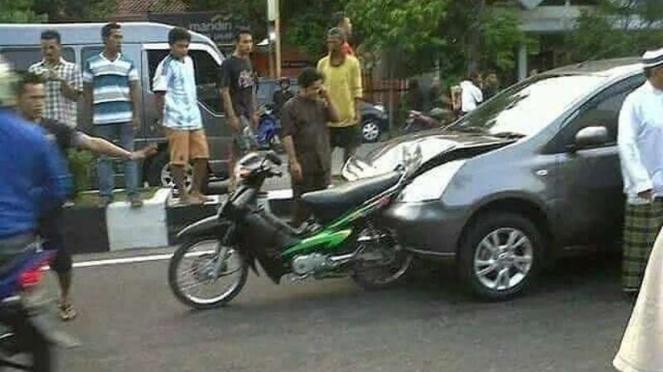 Motor Honda Supra ditabrak mobil Nissan Grand Livina