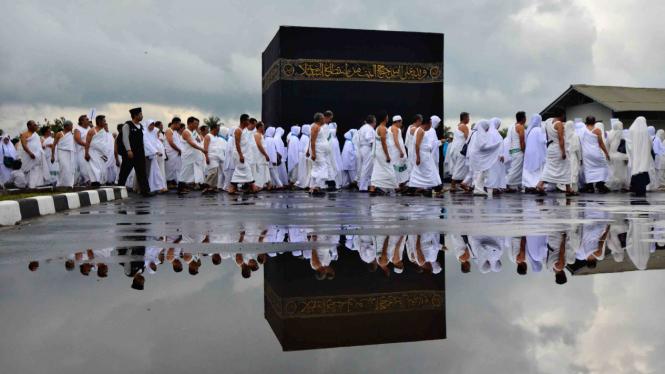 Calon jemaah tengah melakukan Manasik Haji.