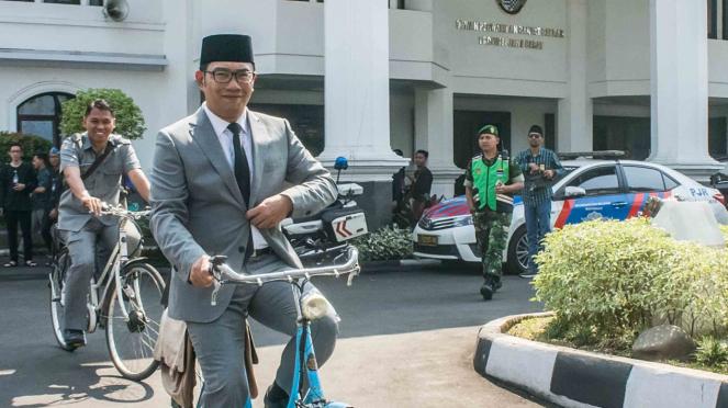 Gubernur Provinsi Jawa Barat terpilih, Ridwan Kamil menaiki sepeda
