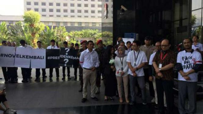 Ratusan pegawai KPK menyambut hari pertama Novel Baswedan kembali bekerja.