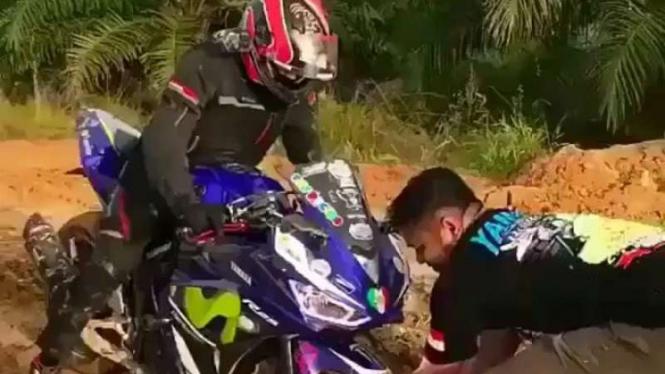 Yamaha R25 terjebak di lumpur