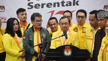 Sekjen Partai Berkarya Priyo Budi Santoso (tengah) memberikan keterangan seusai menyerahkan daftar bakal calon anggota DPR di kantor KPU, Jakarta