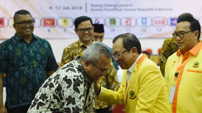 Sekjen Partai Berkarya Priyo Budi Santoso (kedua kanan) berbincang dengan Ketua KPU Arief Budiman seusai menyerahkan daftar bakal calon anggota DPR di kantor KPU, Jakarta