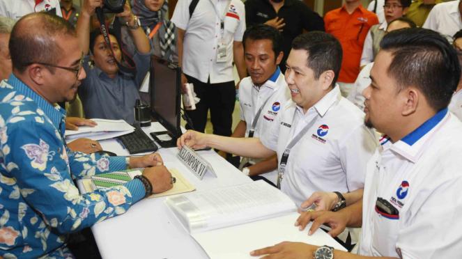 Ketua Umum Partai Perindo Hary Tanoesoedibjo (kedua kanan) mendaftarkan partainya ke KPU Pusat di Jakarta